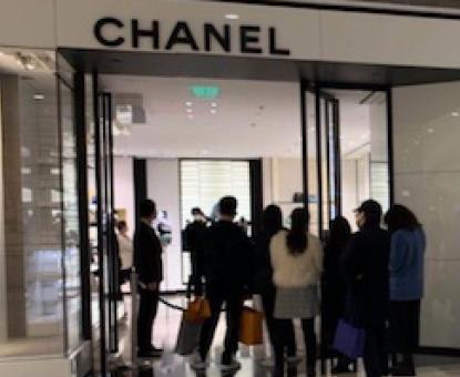 """La rivincita dei consumatori cinesi: il fenomeno del """"revenge spending"""""""